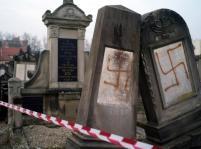 5129209-swastyki-na-cmentarzu-zydowskim-900-671
