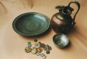 Skarb z czasow wplywow rzymskich dzban brazowy Kretomino oraz Bialecino Swolowo i inne Muzeum w Koszalinie